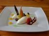 quarkmousse-an-frischen-fruchten-und-saucenspielerei